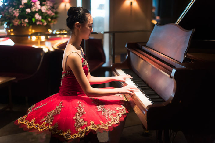 Ballerina playing piano - Photo session organized by @oyuxi for the @instachengdu instagram meetup at Grand Hyatt hotel, Chengdu, Sichuan province, China